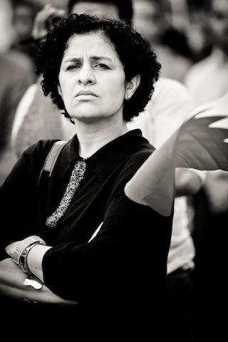 Η Rula Al-Saffar, μια γιατρός που φυλακίστηκε επειδή φρόντιζε διαδηλωτές. Εδώ, μπροστπα από το κτίριο των ΗΕ, Ιανουάριος του 2012 (φωτο Saeed Saif)
