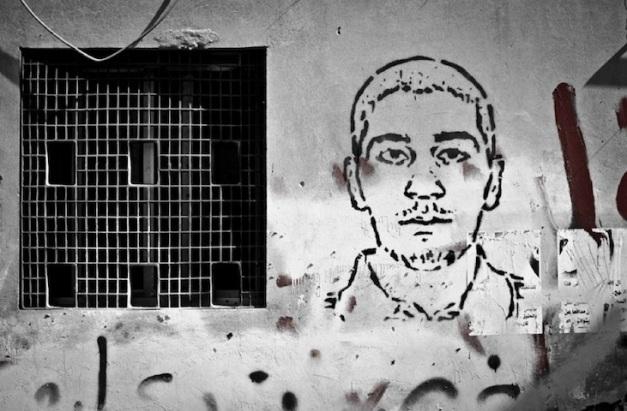 Σκίτσο του Αχμέντ Φαρχάν, ενός ακτιβιστή που σκοτώθηκε από τις δυνάμεις ασφαλείας το Μάρτιο του 2011, στον τοίχο των σπιτιού του στη Σίτρα. Ιανουάριος 2012 (φωτο Saeed Saif)