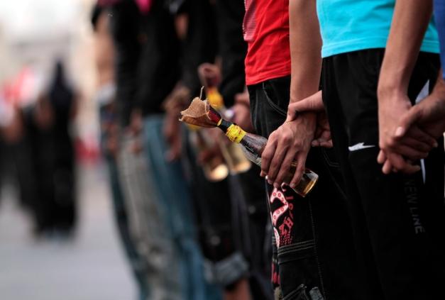 Διαδηλωτές που κρατούν βόμβες μολότωφ στη διαδήλωση στη Μαλκίγια, στις 28 Οκωβρίου 2012 (φωτο: Hasan Jamali/AP)