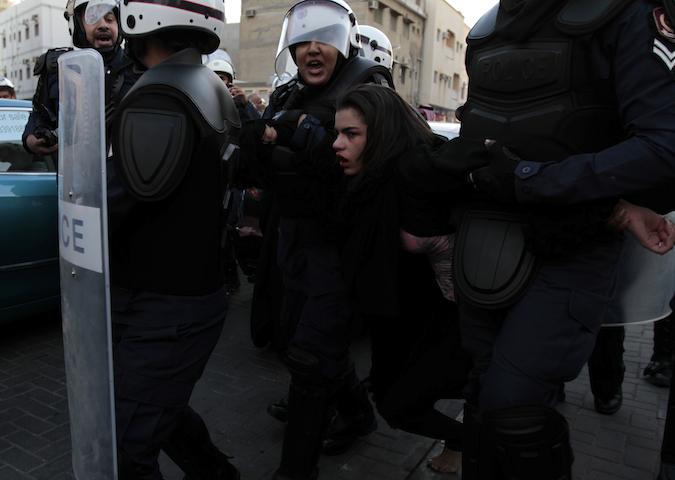 Η αστυνομία συλλαμβάνει διαδηλώτρια στη Μανάμα, στις 18 Ιανουαρίου 2013(φωτο: Hasan Jamali/AP)