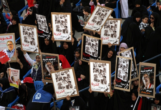 """διαδήλωση στη Μέκσα στις 9 Φεβρουαρίου 2013. Τα συνθήματα είναι: """" ελευθερία στα σύμβολά μας, στους κρατουμένους συνείδησης"""" (φωτο: Hasan Jamali/AP)"""