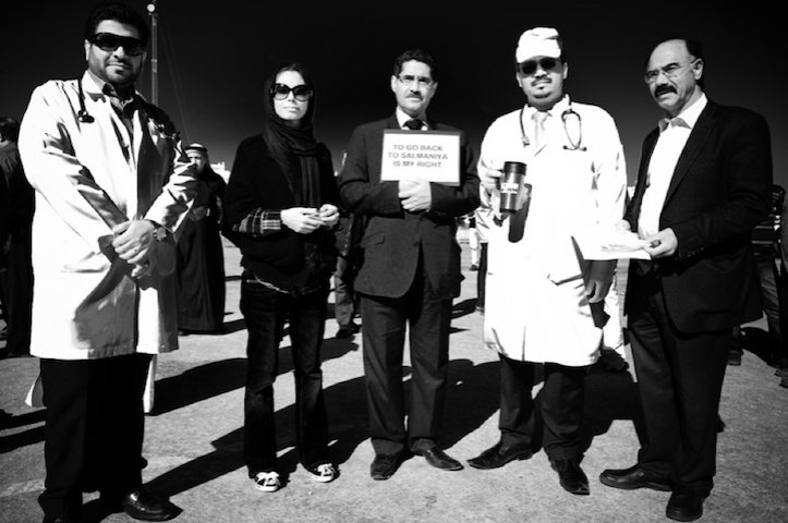 Απολυμένοι και διωκόμενοι γιατροί έξω από το Υπουργείο Εργασίας, στην Isa Town, ο Νοέμβριο του 2011