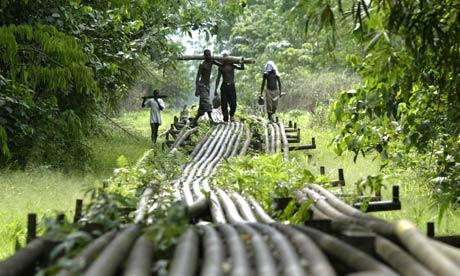 Παρά τα δισεκετομμύρια δολάρια από την εξόρυξη πετρελαίου, το 70% του λαού της Νιγηρίας ζει στη φτώχεια.Photograph: George Osodi/AP